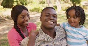 De Amerikaanse militair glimlacht en ontspant met zijn familie stock video