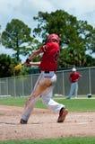 De Amerikaanse slingerende knuppel van de honkbalspeler Stock Foto's