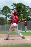De Amerikaanse slingerende knuppel van de honkbalspeler stock foto