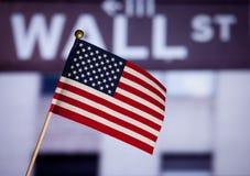 De Amerikaanse stuk speelgoed vlag over de herfst doorbladert. Royalty-vrije Stock Fotografie