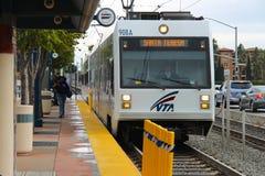 De Amerikaanse tram VTA komt bij het einde aan Binnen de cabine is er een trambestuurder De passagiers haasten zich van buiten om Royalty-vrije Stock Foto