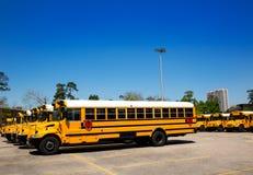 De Amerikaanse typische school vervoert rij in een parkeerterrein per bus Stock Foto
