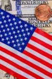 De Amerikaanse vlag behandelt honderd Amerikaanse dollars En één Amerika Royalty-vrije Stock Foto's