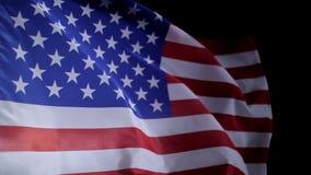 De Amerikaanse vlag die van de V.S. in de wind, langzame motie golven stock video
