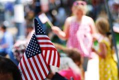 De Amerikaanse vlag toont op vierde van juli-parade stock fotografie