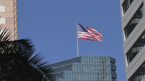 De Amerikaanse Vlag van de V.S. in de stad stock footage