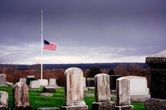 De Amerikaanse vlag van de Helfmast bij begraafplaats Memorial Day, stock fotografie