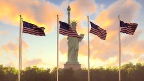 De Amerikaanse vlaggen fladdert in de wind op een zonsopgang tegen de blauwe hemel en het Standbeeld van Vrijheid Het symbool van stock footage