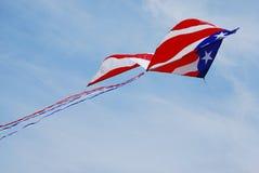 De Amerikaanse Vlieger van de Vlag stijgt in gedeeltelijk Bewolkte Hemel Stock Foto's