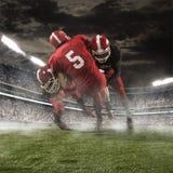 De amerikanska fotbollsspelarna i handling Fotografering för Bildbyråer