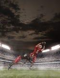 De amerikanska fotbollsspelarna i handling Royaltyfri Foto