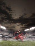 De amerikanska fotbollsspelarna i handling Arkivfoto