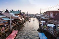 De Ampawa-het drijven markt op zonsondergangtijd Stock Foto