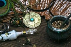 De amulet van het dierenriemwiel met tarotkaarten Horoscoopamulet astrologie stock afbeeldingen