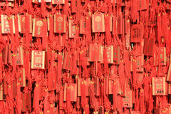 De amuletten worden gehangen op een muur (China) Stock Afbeelding