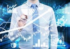 De analist trekt financiële berekeningen en voorspellingen op het glasscherm Grafieken, grafieken en pijlen overal Stock Afbeelding