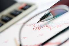 De analyse van beursgrafieken. stock afbeelding