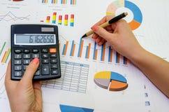 De analyse van financiële boekhoudingsgrafieken stock foto's