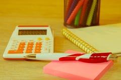 De analyse van het verkooprapport met pen en calculator Royalty-vrije Stock Foto