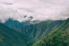 De Andes door wolken en mist op Inca Trail worden behandeld dat Geen mensen Royalty-vrije Stock Afbeelding