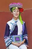 从De ` ang少数的女孩在传统衣裳,昆明,中国穿戴了 免版税图库摄影