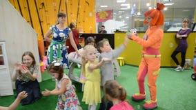 De animator in een oranje kostuum start zeepbels op Een vakantie in kinderen` s club stock footage