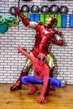 De animators strijken de mens en spin-mens in de geschiktheidsruimte stock foto's