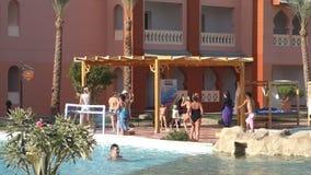De animators voeren aerobics met toeristen in het hotel Aqua Vista in Hurghada uit stock video