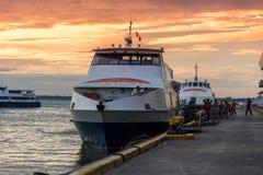 De ankerplaats van de Oceanjetveerboot bij de terminal van de veerbootpassagier in ochtendtijd in de Stad van Cebu, Filippijnen A stock fotografie