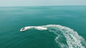 De anonieme autoped van het persoons berijdende water Onherkenbare toerist die moderne waterautoped berijden op blauw water van o stock video
