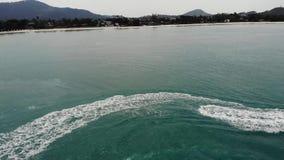 De anonieme autoped van het persoons berijdende water Onherkenbare toerist die moderne waterautoped berijden op blauw water van o stock footage