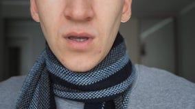 De anonieme mens bespat een geneeskunde in de neus neusnevel, close-up stock videobeelden
