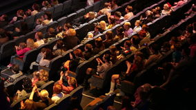 De anonieme mensen juichen bij de theaterprestaties toe. stock videobeelden