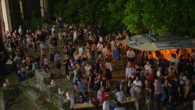 De anonieme mensen overbevolken bij de lucht hoogste mening van de nachtpartij stock videobeelden