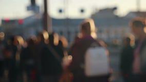 De anonieme mensen uit nadruk lopen stock video