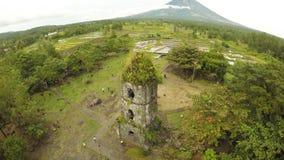 De antenne bekijkt de ruïnes van Cagsawa-kerk, zet het tonen Mayon op losbarstend op de achtergrond Cagsawakerk filippijnen stock videobeelden