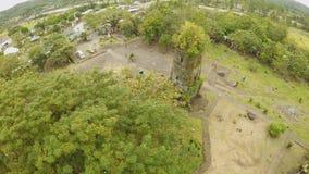 De antenne bekijkt de ruïnes van Cagsawa-kerk, zet het tonen Mayon op losbarstend op de achtergrond Cagsawakerk filippijnen stock video