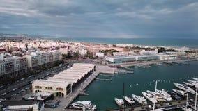 De antenne die van Spanje, Valencia, vogel-oog mening van haven, zeilboten, jachten, baai schieten stock video