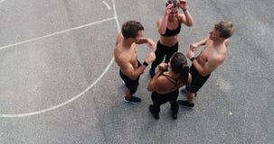 De antenne, de hommellengte van groep goedgetrainde mannen en de vrouwen stellen stock video