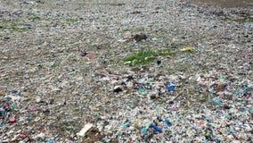 De antenne schoot grote stortplaats van plastic huisvuil dat niet wordt verwerkt stock footage