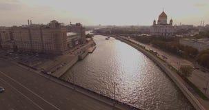 De antenne schoot van Kathedraal van Christus de de Verlosser en rivier van Moskou stock video