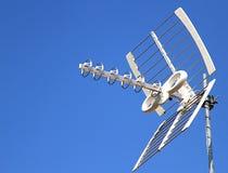 De antenne van antennetv voor ontvangst van TV-kanalen en de blauwe hemel Stock Foto