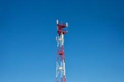 De antenne van de celtelefoon, zender Telecommunicatie radio mobiele antenne tegen blauwe hemel Stock Foto's
