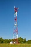 De antenne van de celtelefoon, zender Telecommunicatie radio mobiele antenne tegen blauwe hemel Stock Afbeeldingen