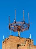 De antenne van de celtelefoon, zender Telecommunicatie radio mobiele antenne tegen blauwe hemel Royalty-vrije Stock Fotografie