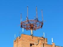De antenne van de celtelefoon, zender Telecommunicatie radio mobiele antenne tegen blauwe hemel Stock Fotografie