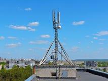 De antenne van de celtelefoon, zender Telecommunicatie radio mobiele antenne tegen blauwe hemel Royalty-vrije Stock Afbeelding