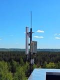 De antenne van de celtelefoon, zender Telecommunicatie radio mobiele antenne tegen blauwe hemel Royalty-vrije Stock Foto