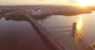 De antenne van het berijden van auto's op een brede hangbrug over Dnipro en de Oekraïener markeert stock video