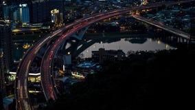 de antenne van 4K Timelapse van wegbrug met bezig verkeer in de stad van nigthtaipeh stock videobeelden